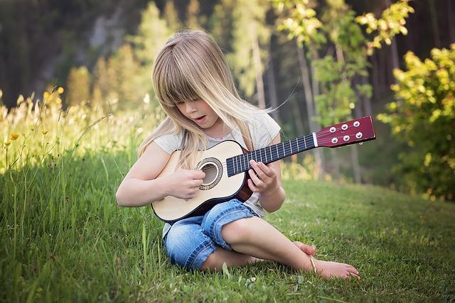 dziewczynka gra na gitarze