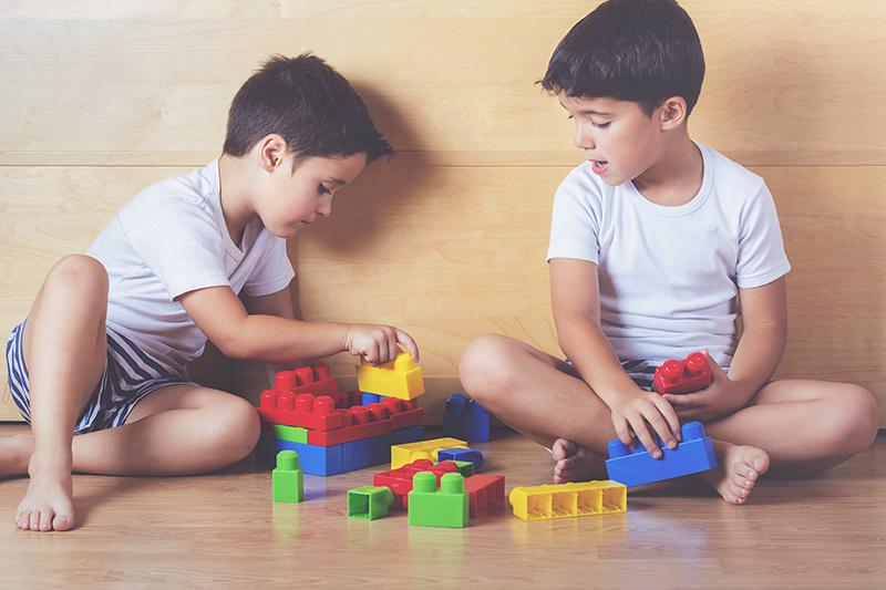 hermanos jugando con bloques de colores