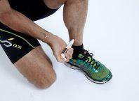 Sportowiec używa Pain®Gone długopisu eliminującego ból