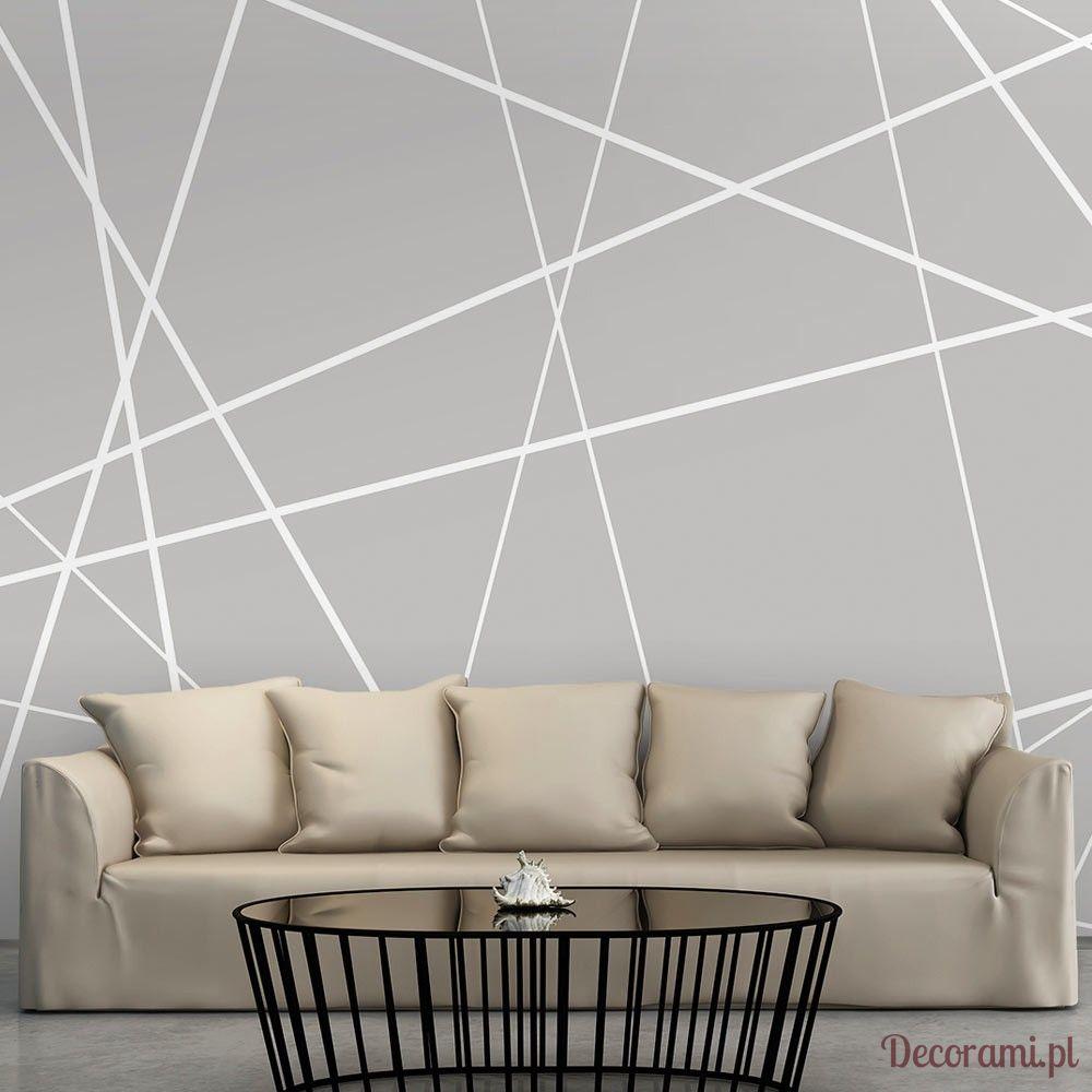 Szara fototapeta w geometryczne białe wzory za dużą beżowa sofą