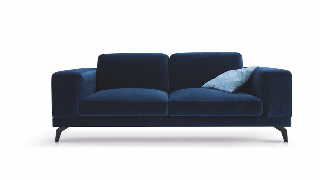 Designerska sofa z kolorze granatu z błękitna poduszką