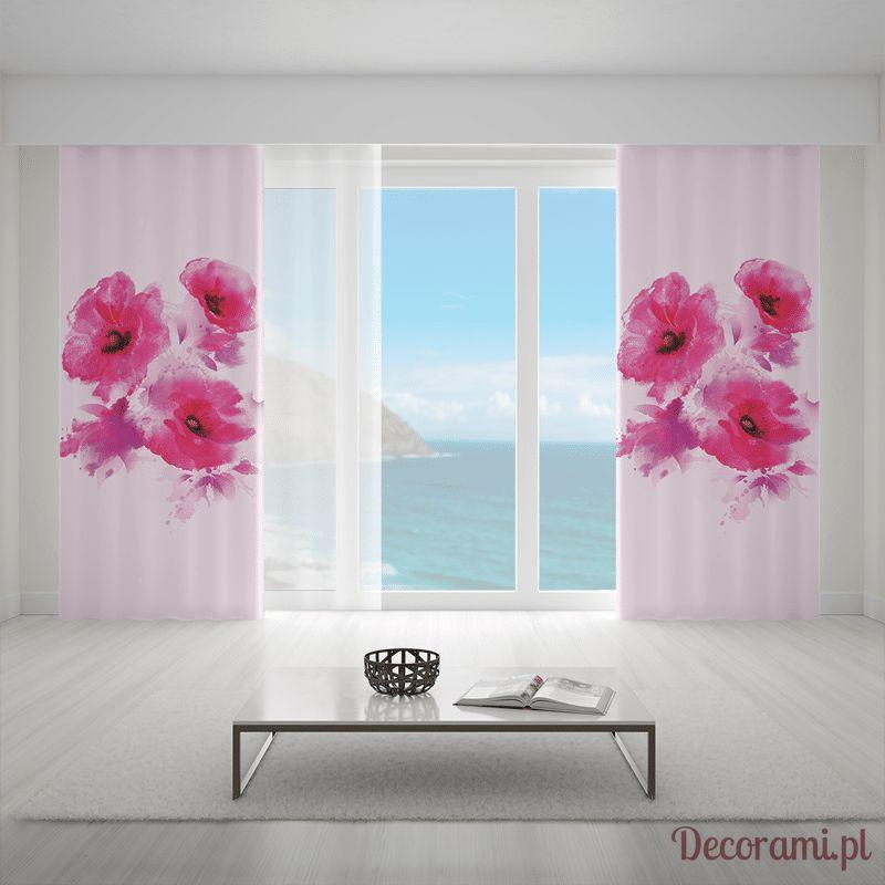 Zasłony w różowe duże kwiaty w jasnym salonie