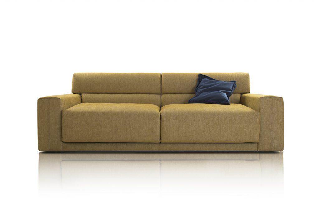 Miodowa designerska sofa z ciemną poduszką