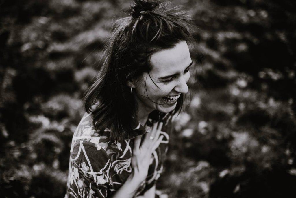 Czarno-białe zdjęcie śmiejącej się kobiety